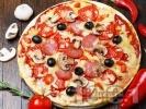 Рецепта Пица с колбас, домати и маслини